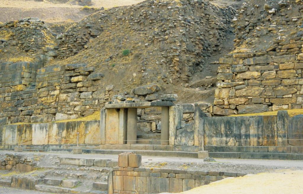 Osttor mit Vogelfries und runden Säulen (Complejo arqueológico Chavin de Huantar)