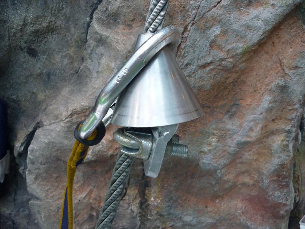 Intelligente Lösung für die Minimierung der Kräfte, die bei einem Sturz am Klettersteig auf den Klettersteigkarabiner wirken.