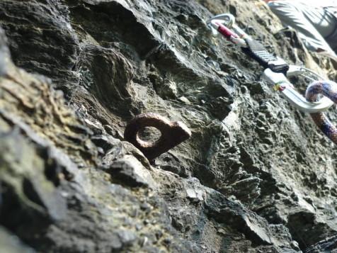 alte und neue Hakensicherung an der Großen Köhlerspitze (Klettergebiet unteres Göltzschtal)