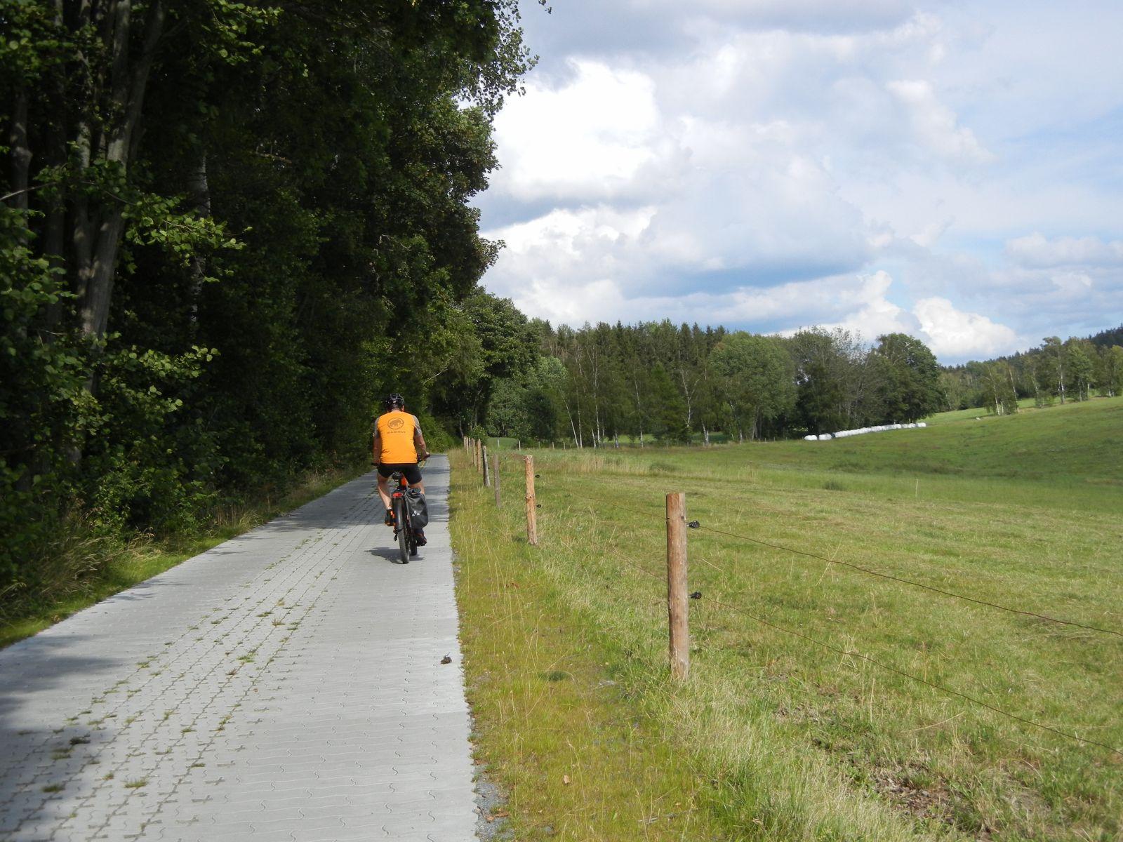"""Auf der """"Alten Falkensteiner Straße"""" von Trieb in Richtung Radweg"""