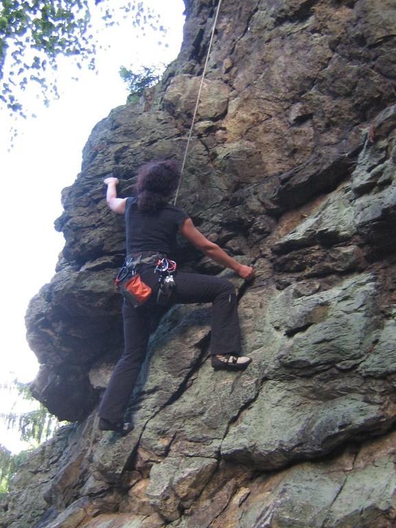 Klettern an der Teufelskanzel bei Greiz - Anja steil am Fels (Foto Th. Rahm)
