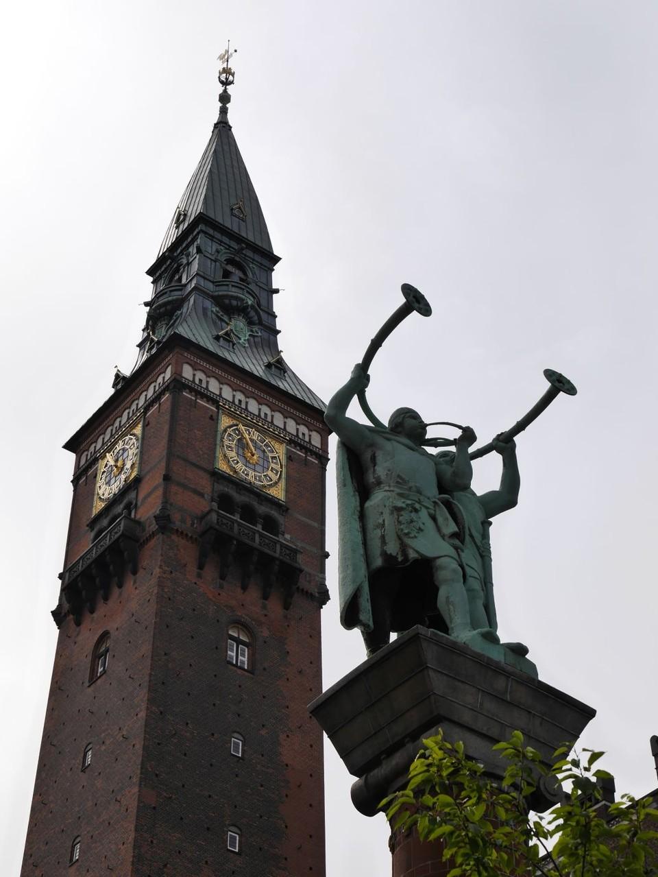 das Rathaus mit seiner berühmten Weltuhr