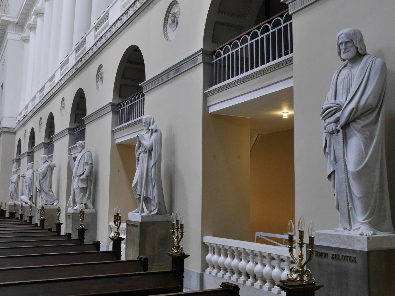 Vor Frue Kirche mit den weißen Marmorstatuen von Bertel Thorvaldsen