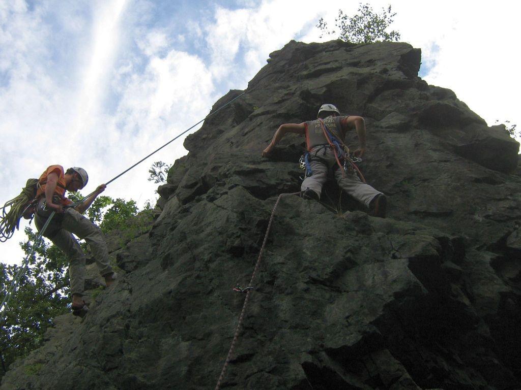 """Klettern an der Teufelskanzel bei Greiz - Henry beim Abseilen und Jens steigt eine """"Variante zur Nordostkante VI"""" (Foto Th. Rahm)"""