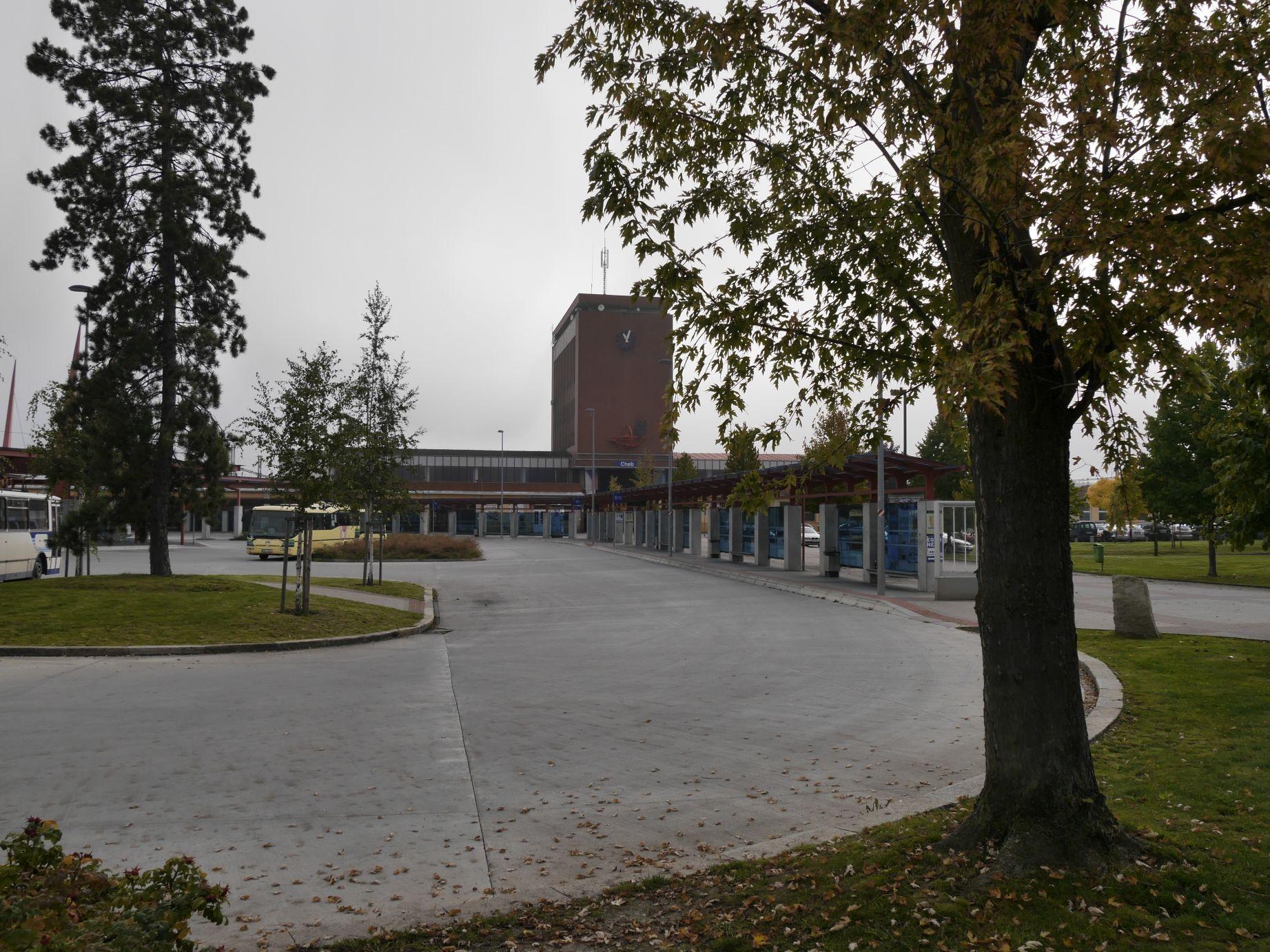 Der Radweg führt direkt am Bahnhof in Eger vorbei, mithin ist die Bahnanreise eine echte Option.