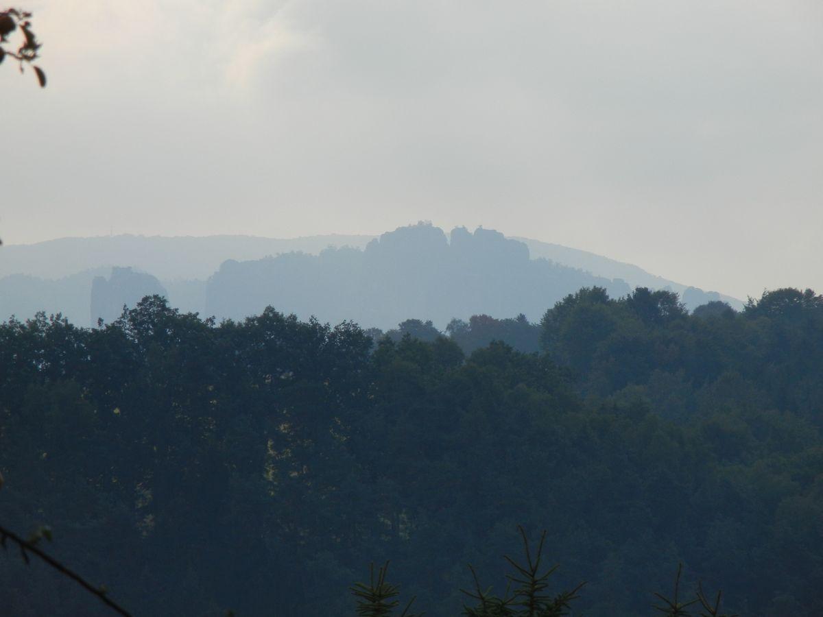 Blick aus dem Küchenfenster auf Falkenstein und Schrammsteinkette