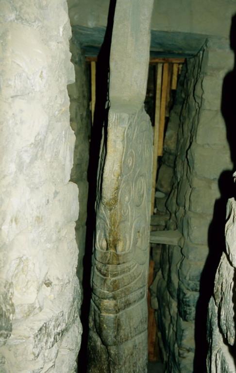 El Lanzón, die große Lanze, der Granitmonolith im Zentrum von vier unterirdischen Gängen (Complejo arqueológico Chavin de Huantar)
