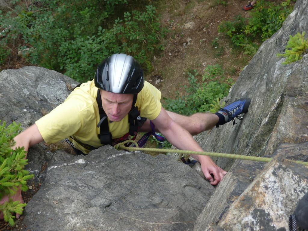 """Klettern an der Teufelskanzel bei Greiz - Manfred noch weiter unten in der """"Ostverschneidung II"""""""
