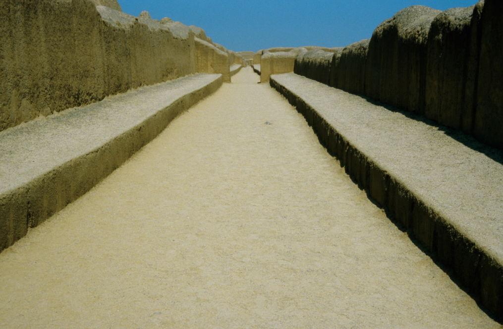 lange, breite Straßen führen in das Innere der Anlage