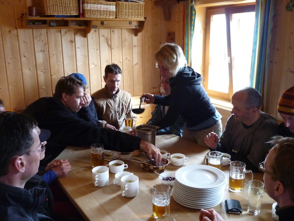 Abendessen in der Tannheimer Hütte, die im Oktober für einen Neubau weichen muß