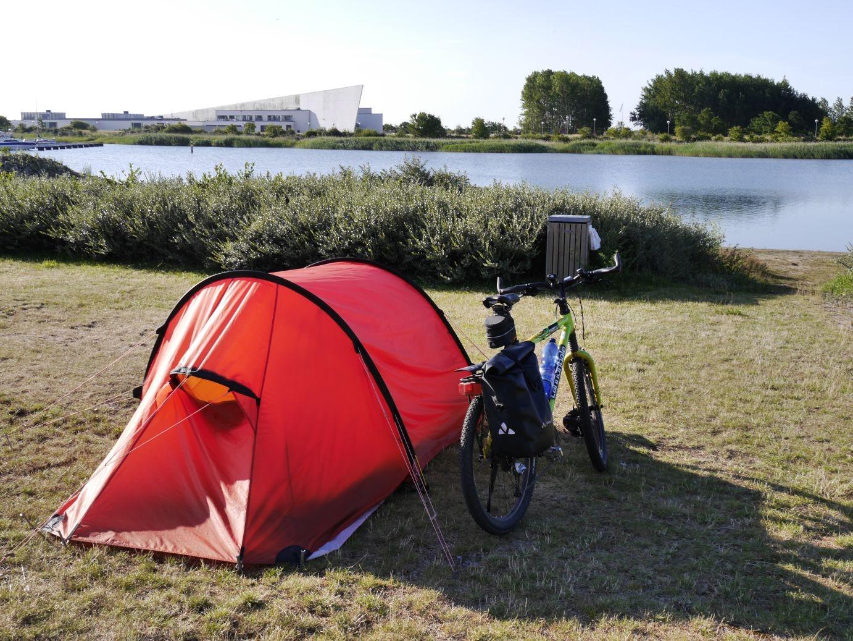 Camping in Ishøj, im Hintergrund das Arken Museum