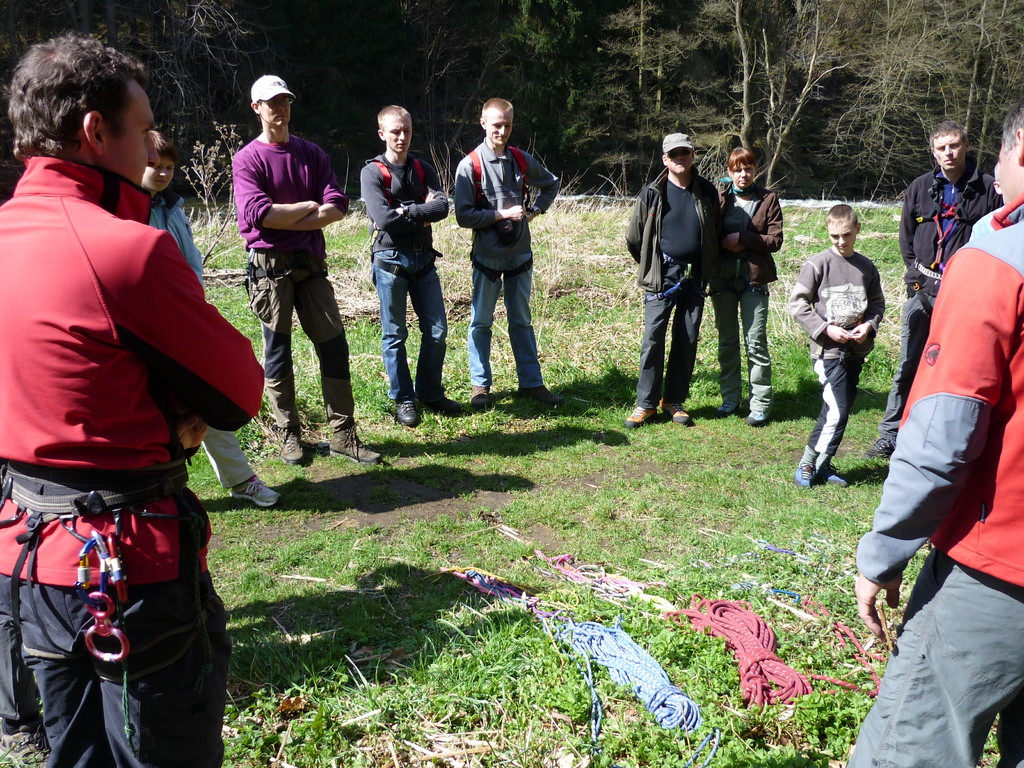 Kursbeginn mit Materialkunde an der Schafswand (Klettergebiet Steinicht).