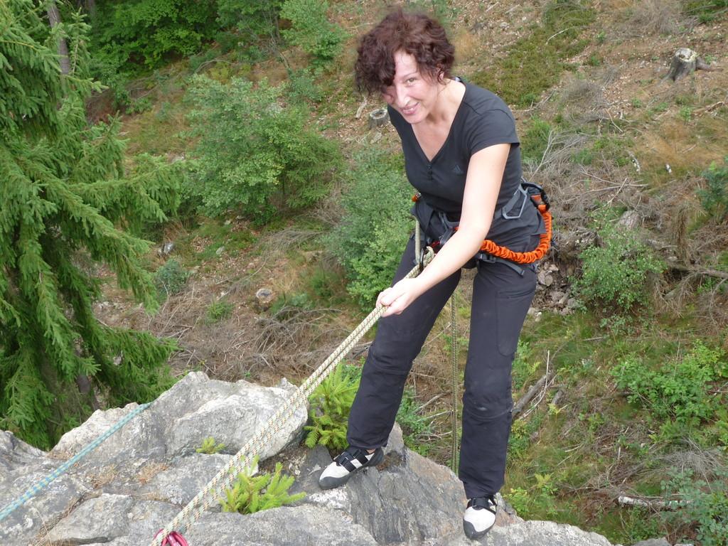 Klettern an der Teufelskanzel bei Greiz - Anja beim Abseilen