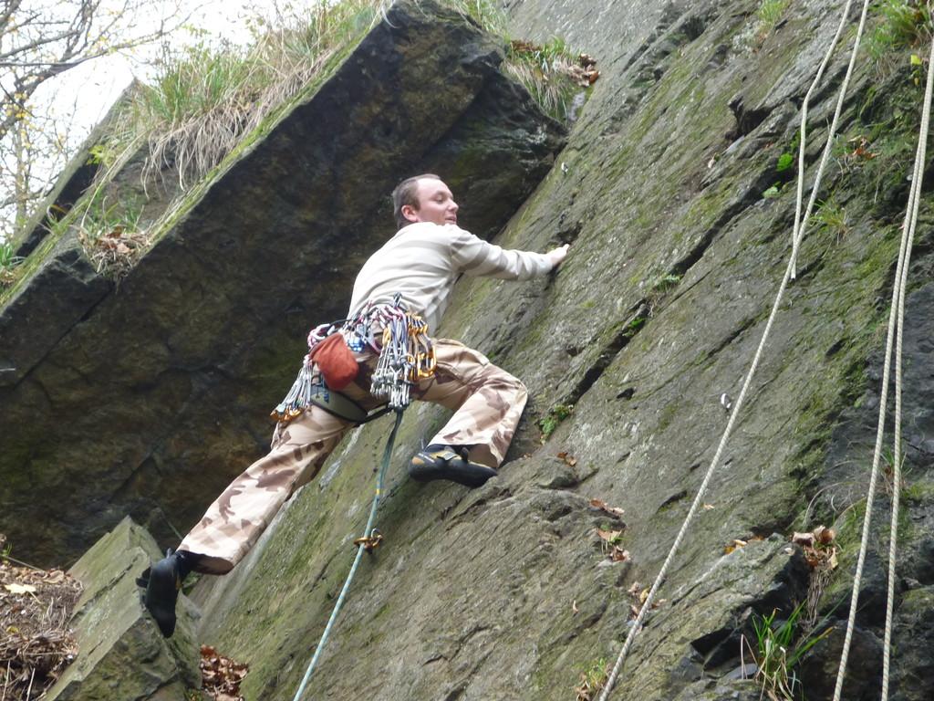 Jan am Einstieg in die Schafswand (Klettergebiet Steinicht)