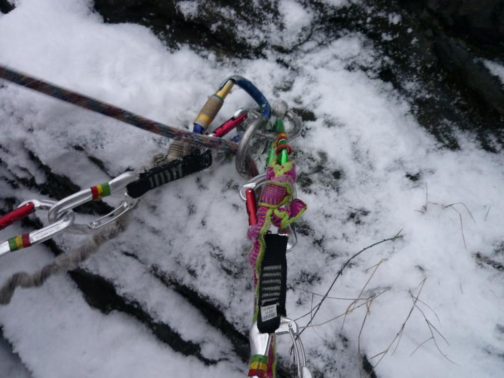 Jens findet unter dem Schnee den Ring auf dem Grat