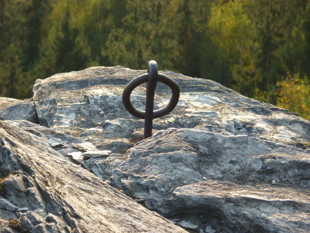 Prachtexemplar eines Abseilrings, wie er nur noch ganz selten zu finden ist (Große Köhlerspitze, Klettergebiet unteres Göltzschtal)