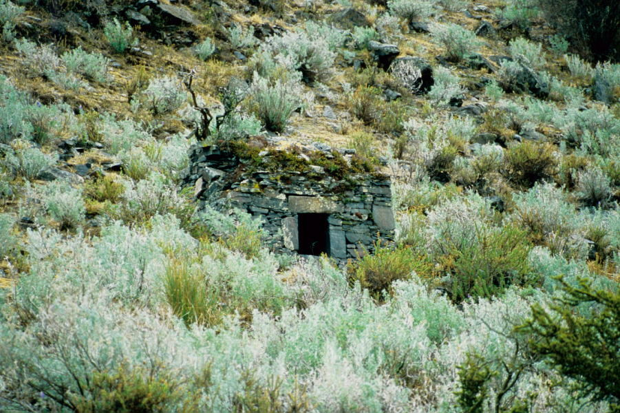 Chullpas (Grabhäuser) in der Quebrada Quilcayhuanca (Cordillera Blanca)