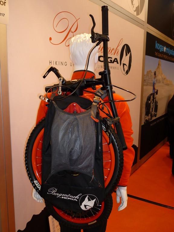 der moderne Bergwanderer trägt eigenartiges Gepäck auf dem Rücken