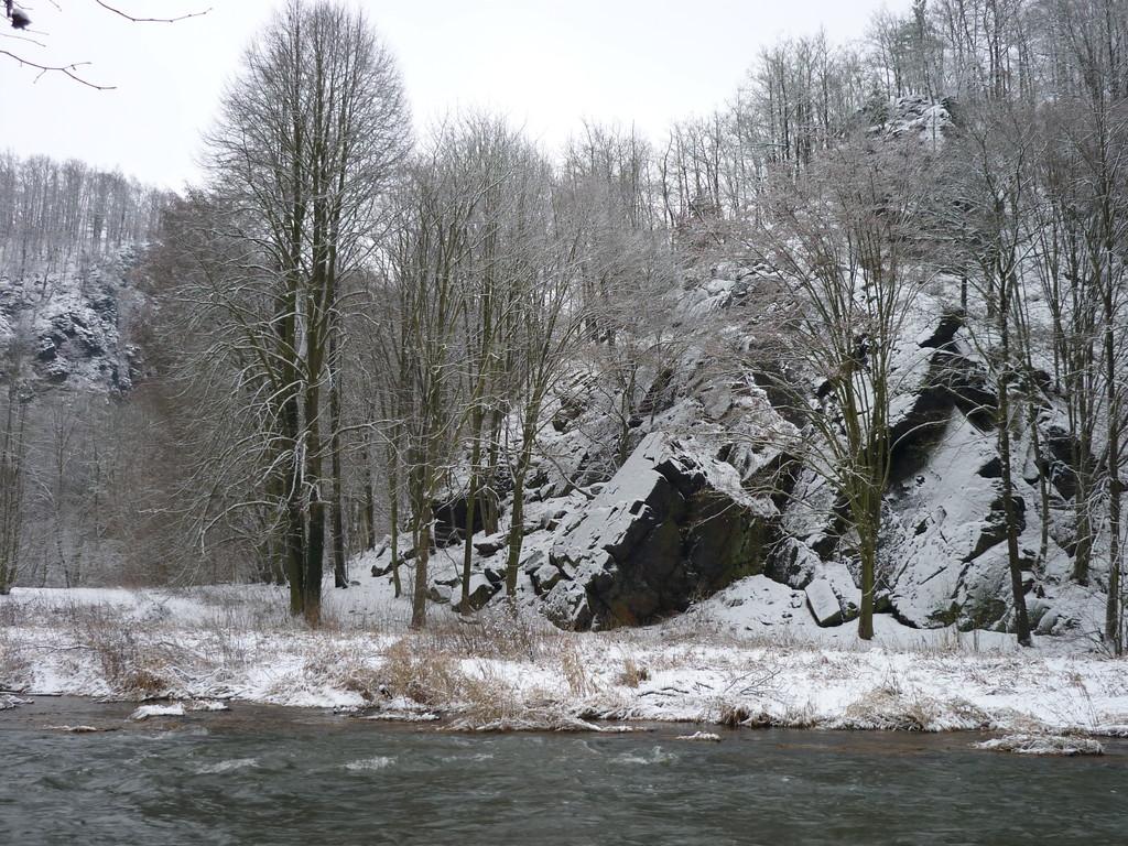 Die verschneite Schafswand grüßt von der anderen Seite der Elster