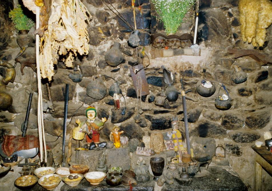 Blick auf den Hausaltar in einem typisches Haus in Ollanta (Urubambatal)
