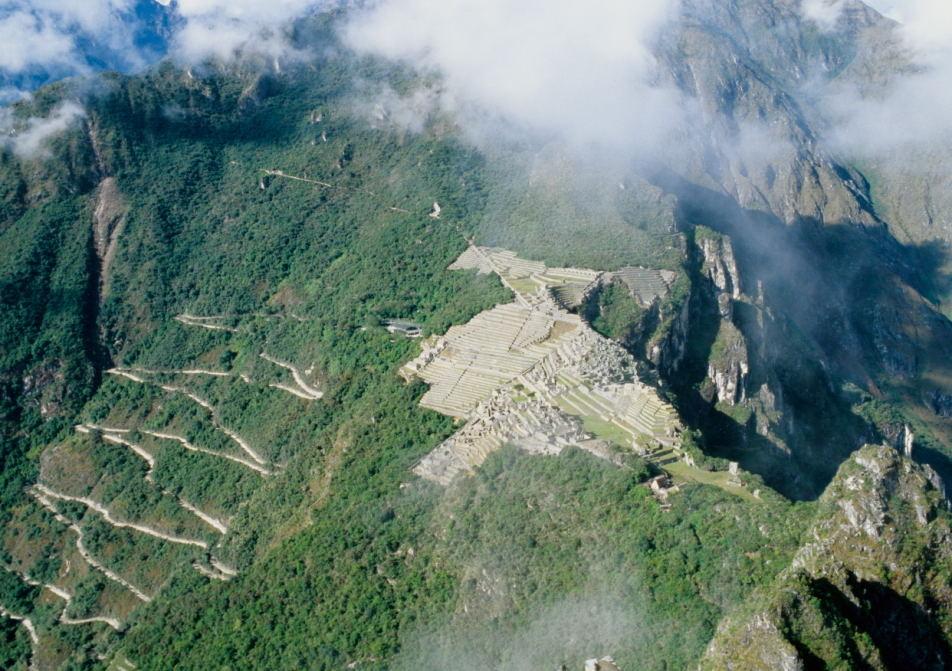 ungewöhnlicher Blick vom Gipfel des Wayna Picchu auf die Anlage von Machu Picchu (Urubambatal)