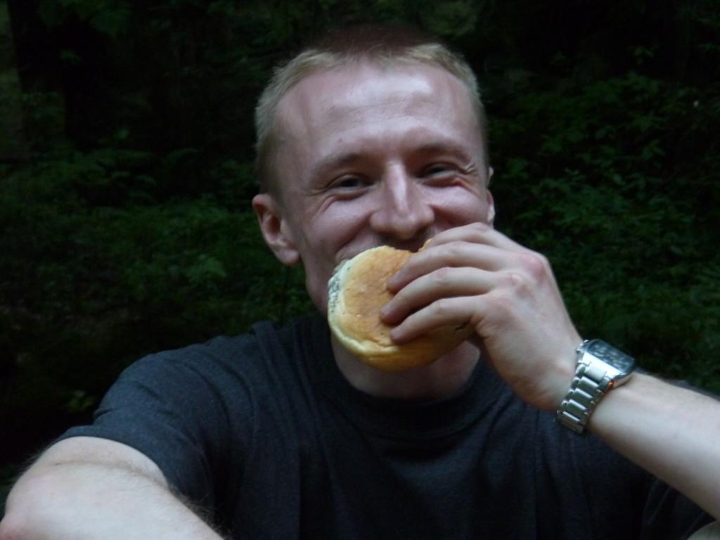 Sonnenwendfeier am Poppenstein, auch unserem Fotografen Thomas schmeckt es sichtlich
