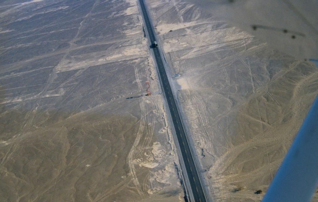 die Panamericana durchquert das Linienfeld, man sieht den Aussichtsturm (Torre Metalica), den Frau Reiche 1976 errichten lies
