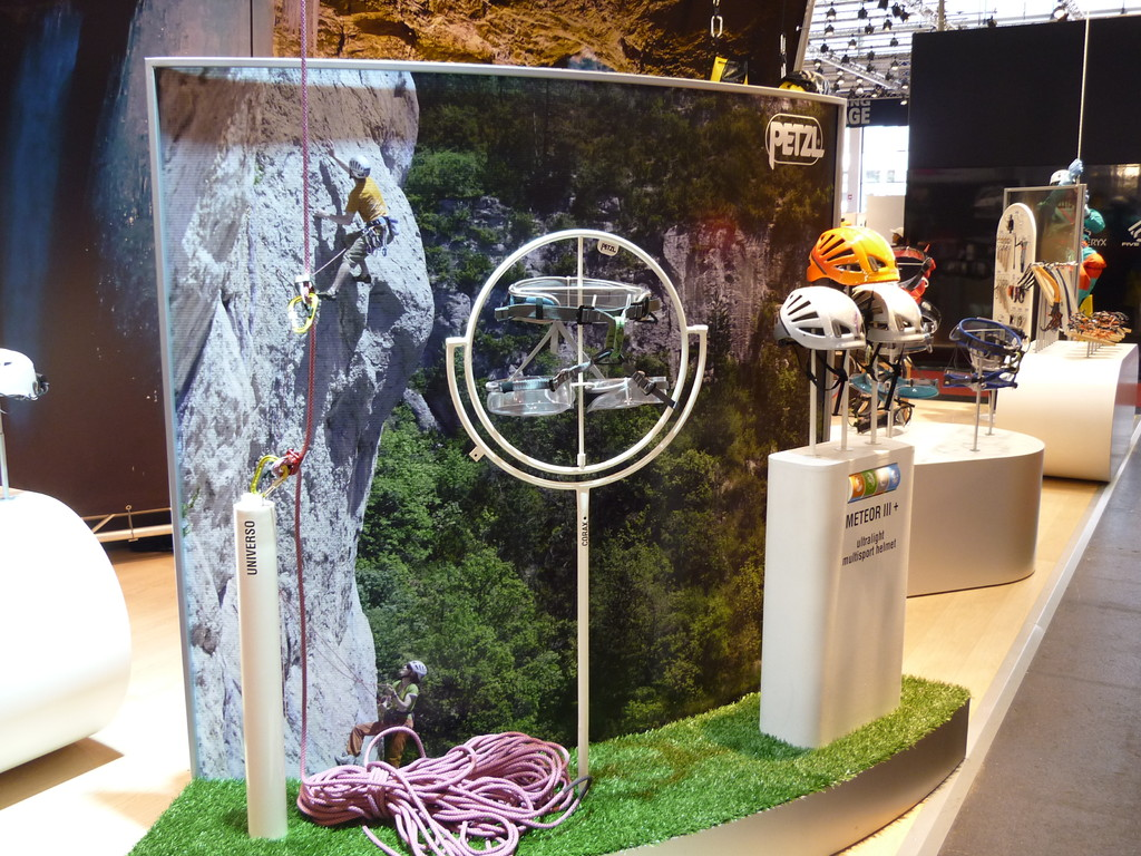 Der Stand von Petzl bietet ein sehr umfangreiches Programm füs Klettern.
