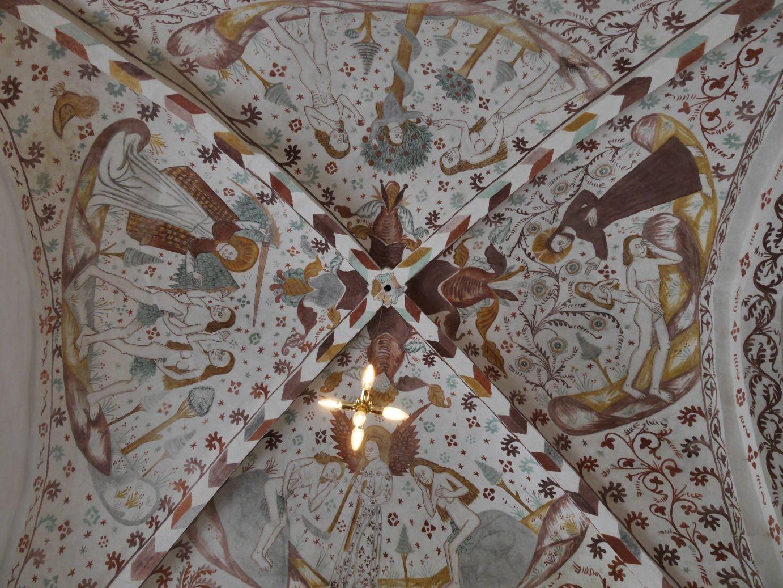 üppige Fresken in der Fanjefjord Kirche