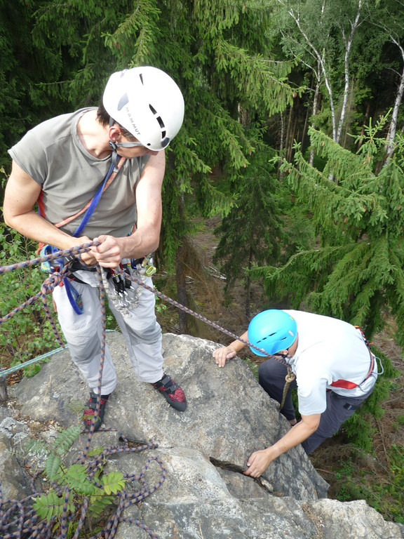Klettern an der Teufelskanzel bei Greiz - und schon hat auch Peter den Weg geschafft (Foto H.Bartsch)