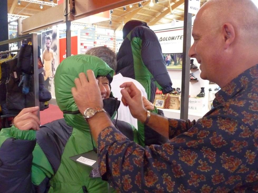 Niels Friisbol, Chef von Valandre erklärt die Details und stellt die Kaputze für Karina ein