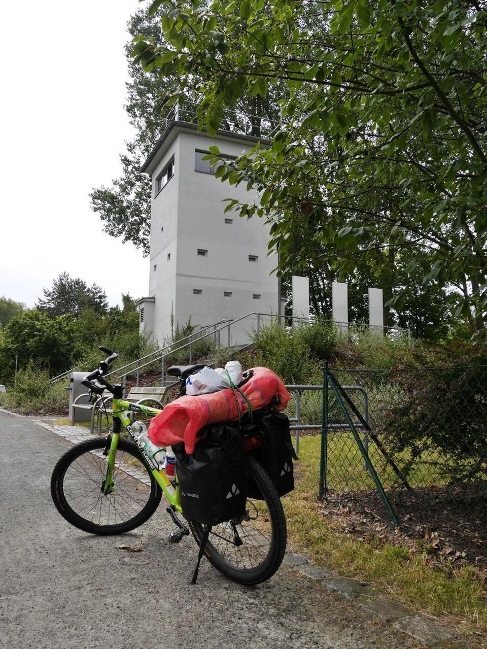 man fährt ein Stück auf dem Mauerradweg, hier in Hennigsdorf an einem der letzten Grenztürme