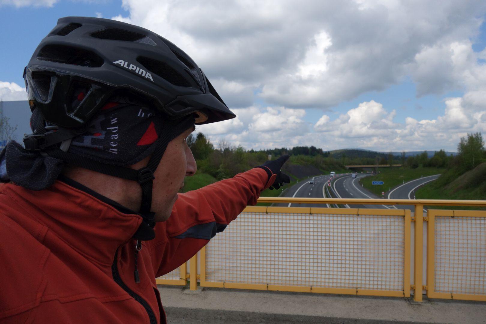 mehrmals schneidet die Autobahn die alte Bahntrasse