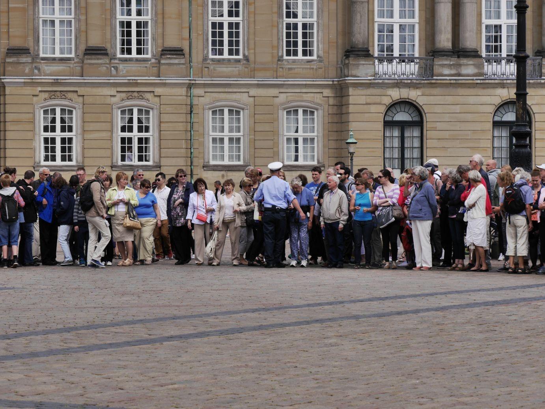 Aufstellung der Touristen für die Wachablösung