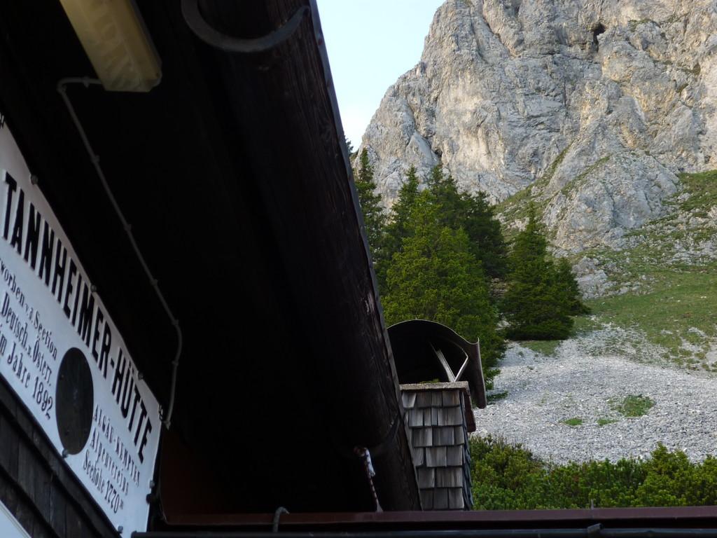 Blick von der heimeligen Tannheimer Hütte auf die Kletterfelsen