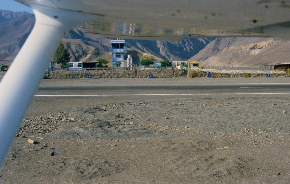 vom Tower des kleinen Flughafens wird der Luftverkehr überwacht