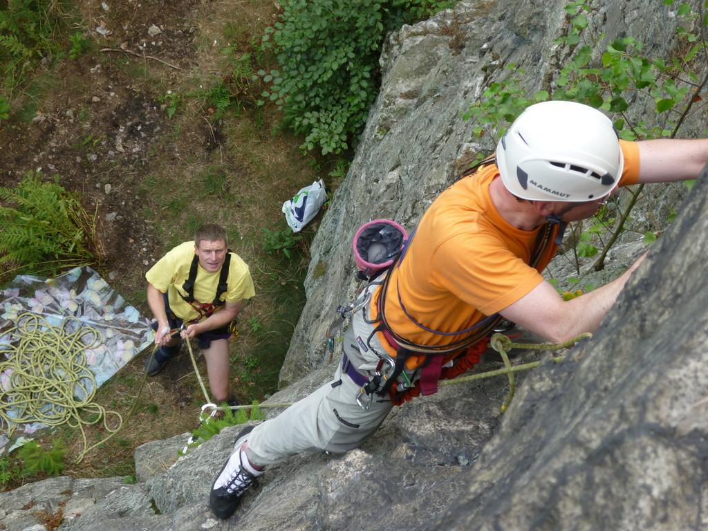 """Klettern an der Teufelskanzel bei Greiz - Henry steigt, gesichert von Manfred die """"Ostwand IV"""" hinauf"""