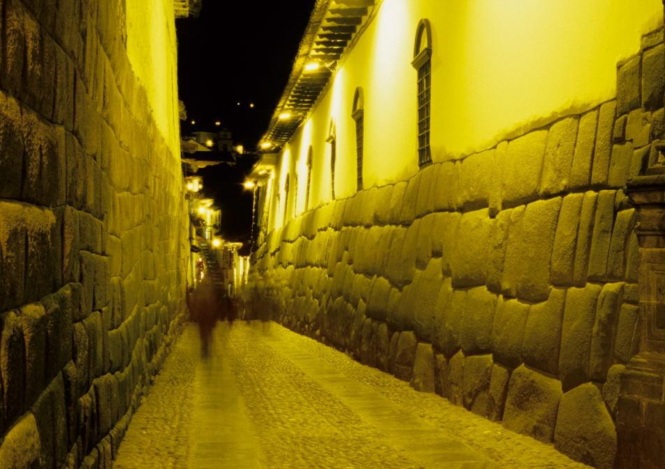 die Calle Hatunrumiyoc (grosser Stein) in Cusco gilt als das schönste Beispiel der Kunst der fugenlosen Verblockung großer Steine