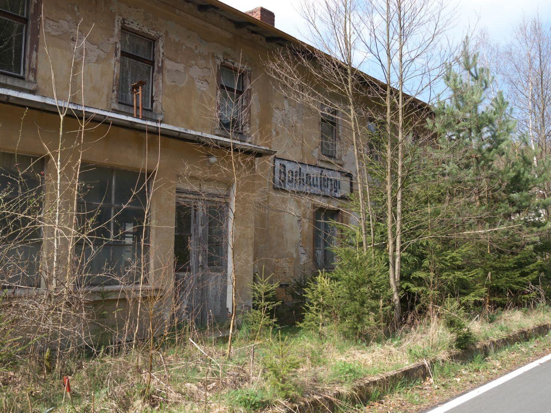 der alte Bahnhof von Bockau macht einen trostlosen Eindruck