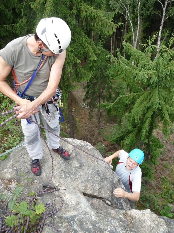 Klettern an der Teufelskanzel bei Greiz - Jens sichert Peter nach (Foto H.Bartsch)