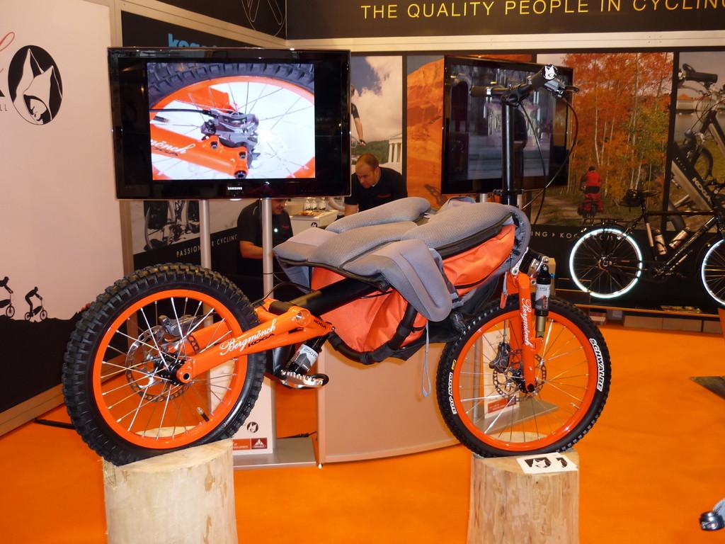 ausgeklappt eine Abstiegshilfe in Gestalt eines Fahrrads