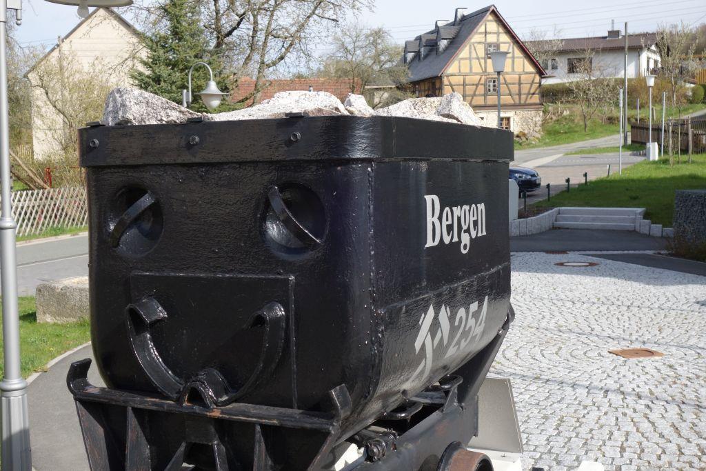 am Rathaus Bergen in Erinnerung an den örtlichen Bergbau
