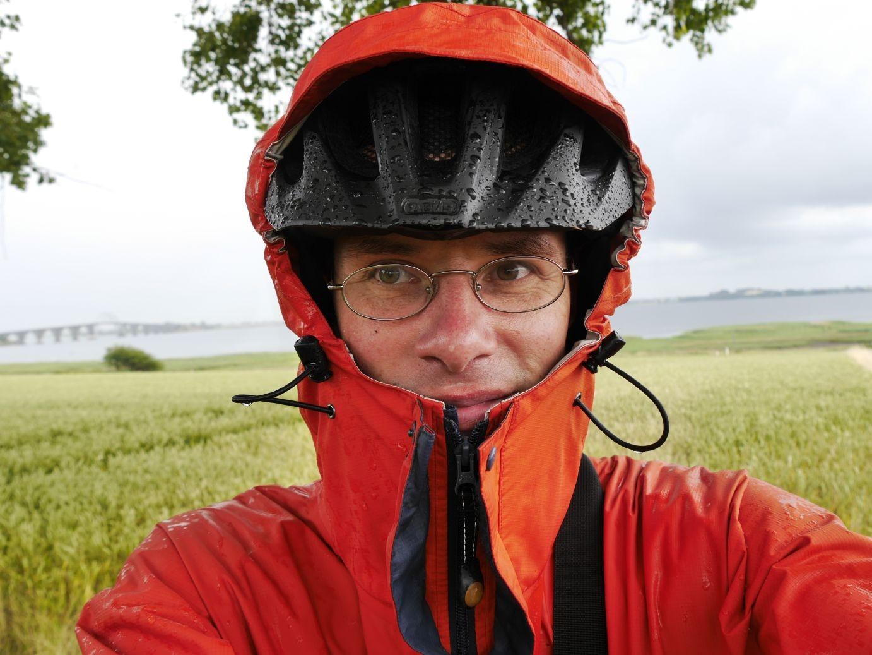 Selfie nach glücklicher Überquerung der Alexandrine Brücke bei heftigem Wind und Regen