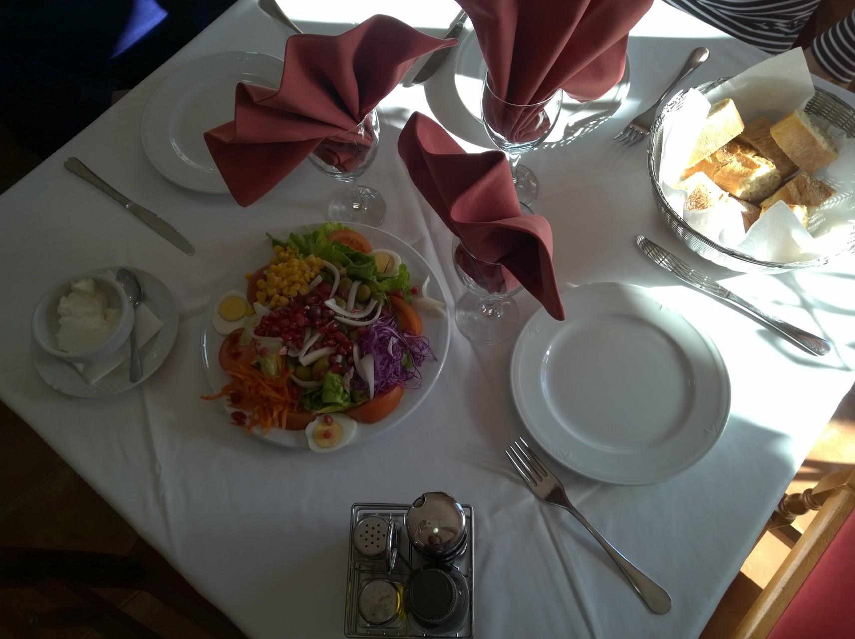 Ansprechende Tischdekoration bei einem Menú del día. Der Salat steht bereit.