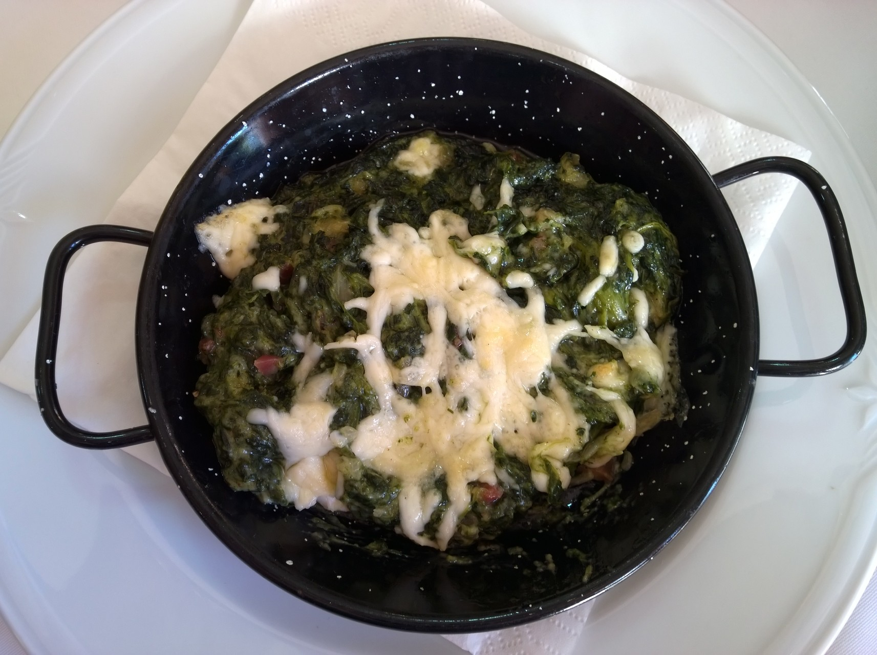 Zur Vorspeise gab es hier überbackenen Spinat.