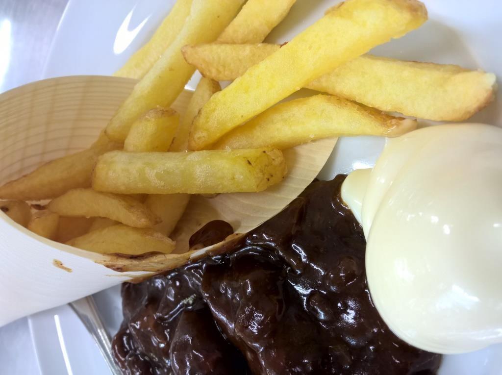 Erneuter Gruß aus der Küche: Sauerfleisch mit Flämischen Fritten und Mayonnaise
