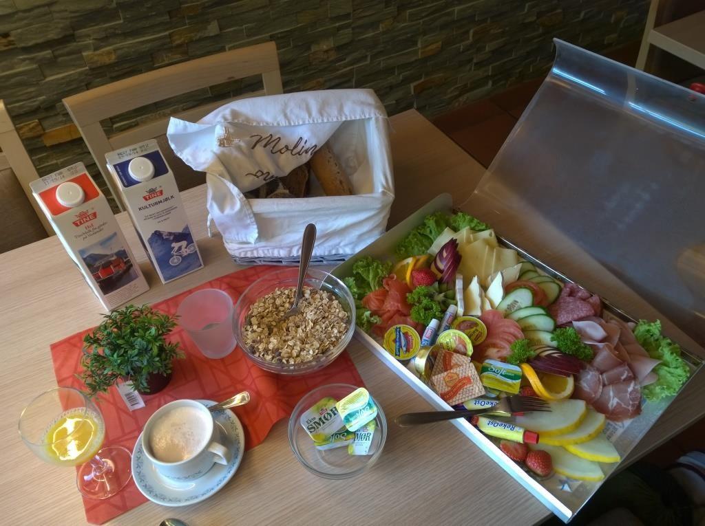 Mein Frühstück im Hotel am Briksdalgletscher (Norwegen), weil ich der einzige Gast war.