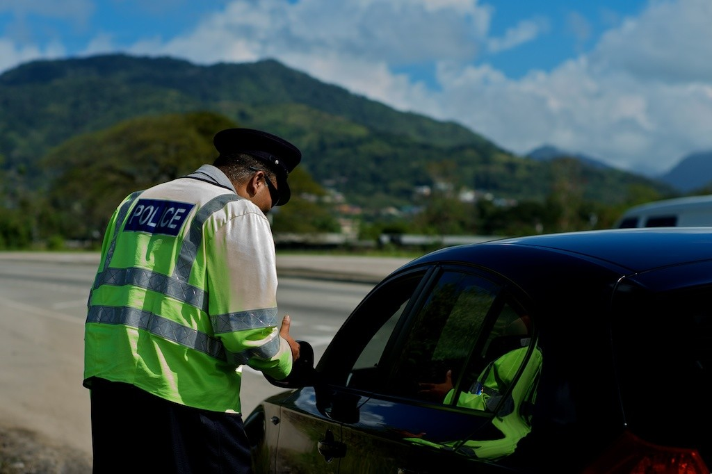 Zahlt der Mietwagen-Reisende das Bußgeld bei der Polizei vor Ort, können Bearbeitungsgebühren durch die Autovermietungen umgangen werden. Quelle: billiger-mietwagen.de