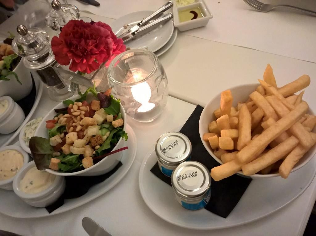 Flämische Fritten, Salat und diverse Dips