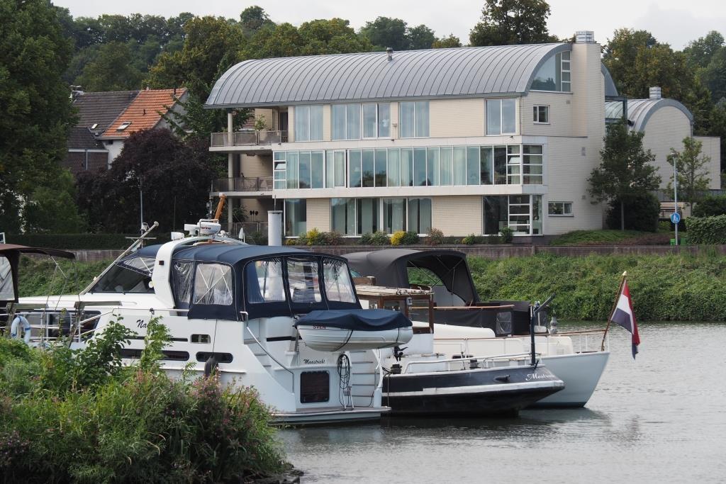 Kleine Yachthäfen säumen die Ufer.